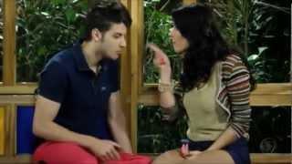 """Carla e Tomás se beijando,no corredor do colégio. """"Palavra de escoteiro,vem,vem,vem..."""""""