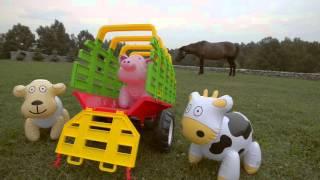 Przyczepa do traktora na siano z zabudową czerwona + dmuchane zwierzęta 790F FALK