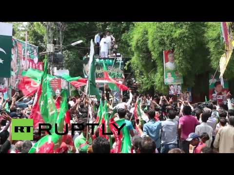 Pakistan: Imran Khan leads thousands on march to oust govt