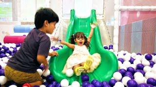 Brincando na Piscina de Bolinha com Escorregador Infantil e Pula Pula