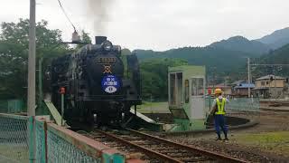 更地と化した秩父鉄道車両公園で、C58形363号機の転車作業を観察
