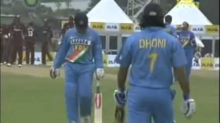 Dhoni forgets how to bat! Mimics Ishant Sharma