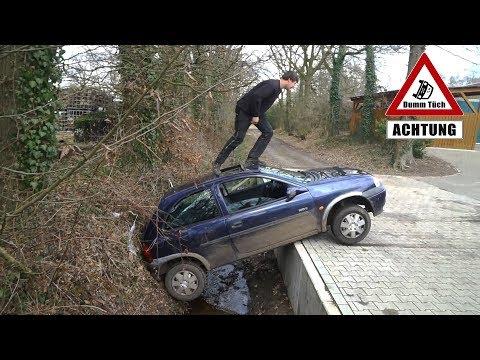 Auto landet im Graben   Dumm Tüch