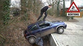 Auto landet im Graben | Dumm Tüch