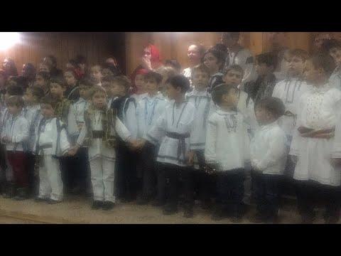 Copii colindand in Bucovina