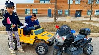 Heidi e Zidane fingem brincar de policía com carros