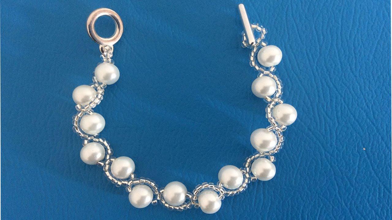 d63c18db8665 Como hacer pulseras con chaquira, pulseras con perlas.