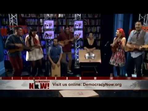 """""""La Bamba Rebelde"""" de Las Cafeteras en Democracy Now!"""