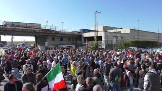 Presidio dei no Green Pass ai varchi portuali di Genova, ma il lavoro non si ferma