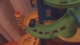 Carro de corrida, carro infantil desce pista radical, carrinho faz curvas em descida, torre de carro