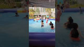 아이와 함께 물놀이 아파트내 수영장
