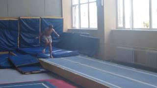 Ганжела Егор выполняет сложные акробатические прыжки