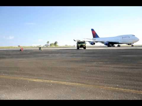 Delta Airlines Emergency Landing at Midway island Pacific, Taxi to Parking ramp.