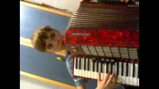 Яблочко на аккордеоне-русская народная песня!