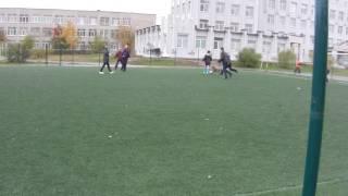 Собака играет в футбол со школьниками Нижнего Тагила