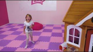 Mania compra uma casinha de brinquedo nova