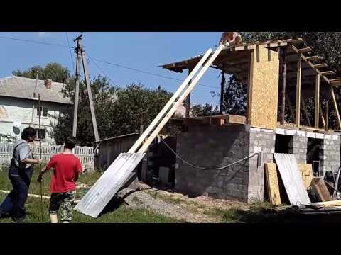 Как поднять шифер на крышу вручную