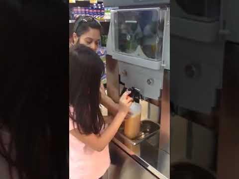 Máquina Zumo Super Día Trujillo. Making orange juice in Spain 06/24/2017