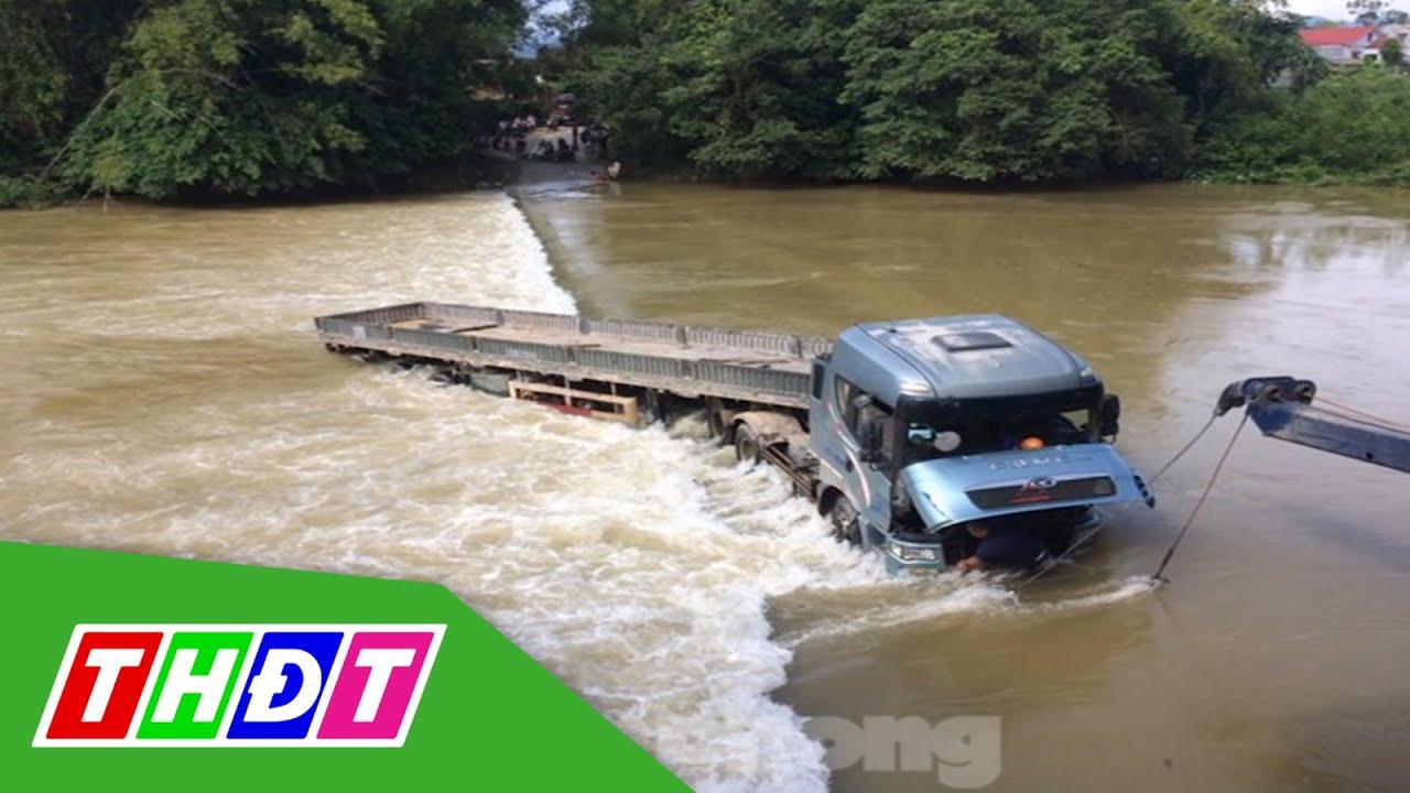Cao Bằng: Xe 16 chỗ bị lũ cuốn, khách lên nóc lánh nạn | THDT
