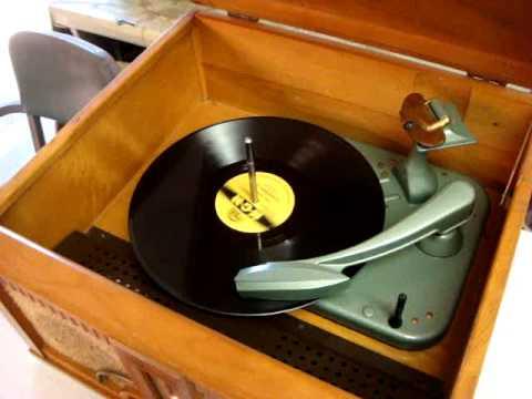 Motorola 67F12B 1947 78 rpm Phonograph and Radio