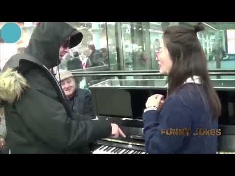 Парень показал как надо играть на пианино! Шедеврально! Funny Jokes
