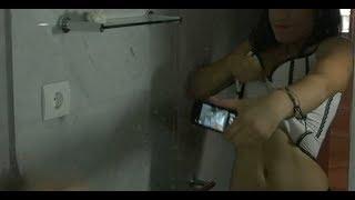 Repeat youtube video Por una apuesta tonta de Facebook , sube un video a internet  quitándose la ropa