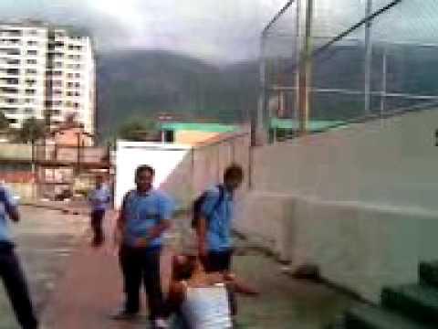 niñas peleando en la cancha