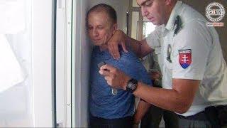 Zaistenie novinára v Humennom. Získali sme záznam z policajnej kamery.
