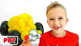Vlad e Nikita brincam com carrinhos de brinquedo dos balões