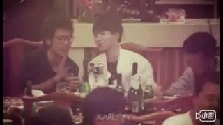 [Fancam] Vương Tuấn Khải ăn uống ở nhà hàng cùng anh quản lý.