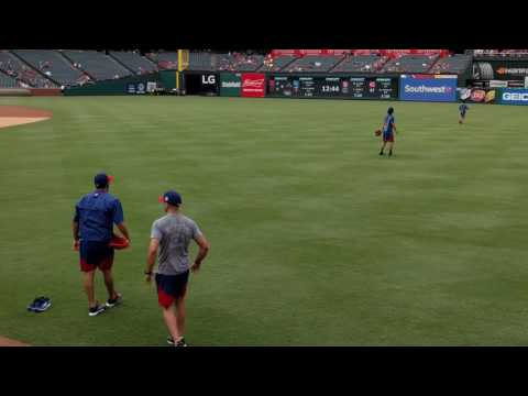 Yu Darvish teaches Martin Perez how to throw a cutter 8/14/16