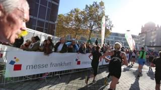 Unser Zieleinlauf beim Frankfurt Marathon (unbearbeitet)