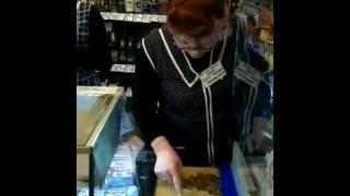 видео кассир не отдаёт сдачу , и требует показать сумку
