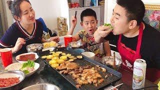 【超小厨】家庭自助烧烤,牛排、鱿鱼、烤五花肉,啤酒烤肉管够,真过瘾! Video