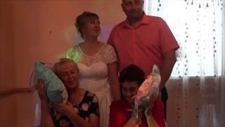 Свадьба. Молодожены дарят трогательные подарки мамам.