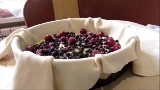Пирог с творогом и ягодами в слоеном тесте
