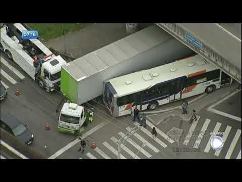Balanço Geral flagra acidente entre ônibus e caminhão na rodovia Raposo Tavares (SP)