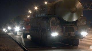 Lanzaderas de misiles Topol-M pasan de noche cerca de Moscú