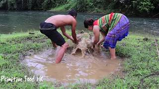 Primitive life - Catch fish by hand in puddles and cooking fish - Eating delicious