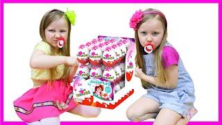 Милли и Ева играет с игрушками для детей