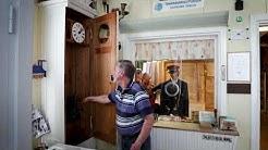 Veli Koski esittelee Keuruun satumaista juna-asemaa
