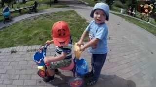 Дети катаются на велосипеде / Children ride a bike МанкитуИгры #  3(Манкиту - канал для детей. Видео для детей. Детские игры. Дети катаются на детском велосипеде. Сначала мальч..., 2015-07-17T15:56:32.000Z)