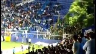 Seguidores de León vandalizando la reja en el estadio de Celaya