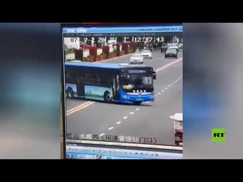 لحظة سقوط حافلة تقل طلابا في بحيرة غرب الصين  - نشر قبل 2 ساعة