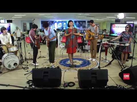 white shoes and the couples company - Aksi Kucing di Music at Newsroom