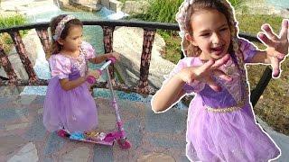 Rapunzel kaykay ile parkta,Rapunzel karadut yiyor, eğlenceli çocuk videosu