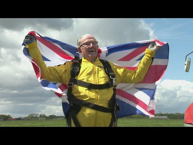 Así logró este hombre de 101 años batir el récord de ser la persona más longeva en saltar en paracaídas
