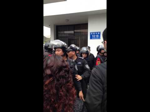 Police in Shenzhen of China ruthlessly suppress common people who gather together for their right