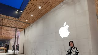 Gambar cover Apple University Village in Seattle!