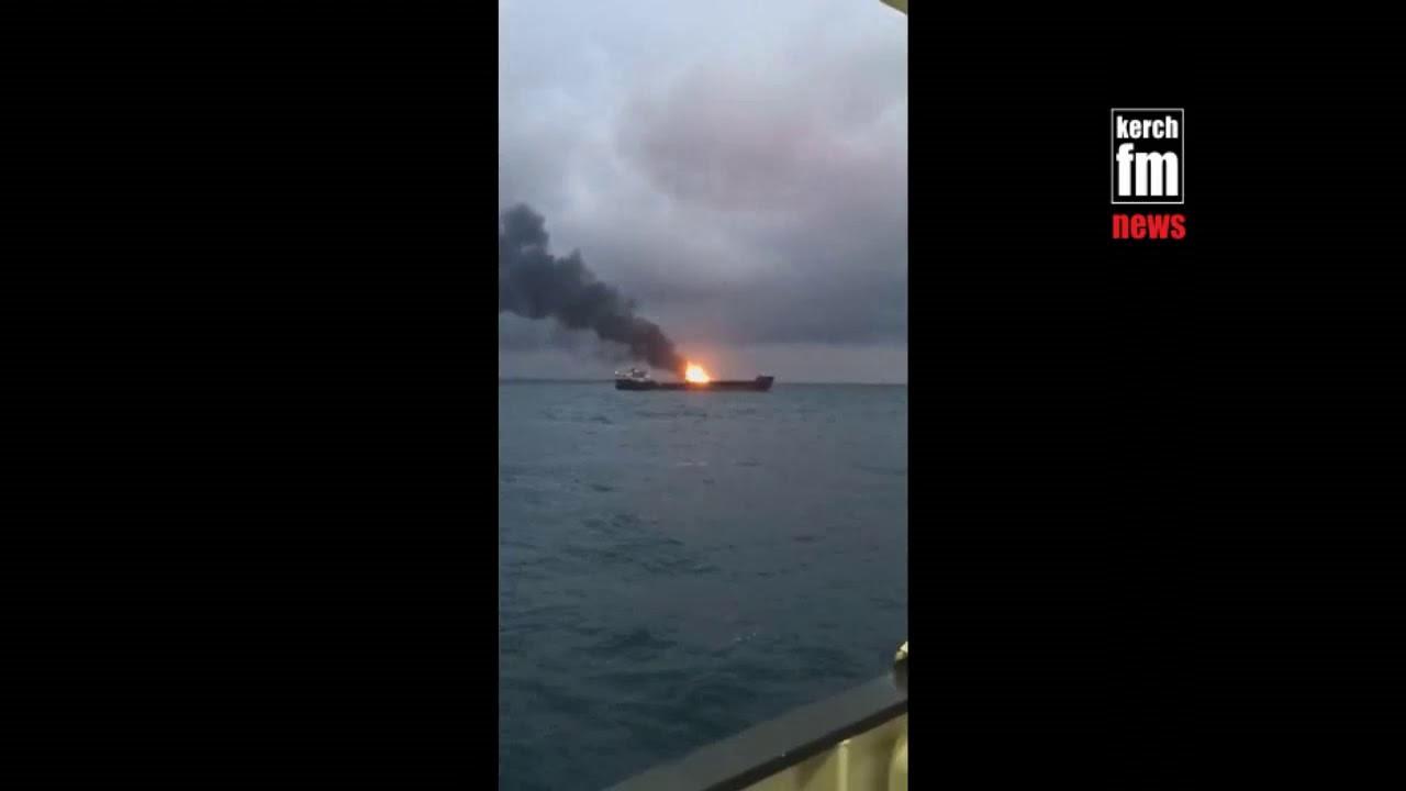 Возле Крымского моста загорелись два судна — морякам пришлось прыгать за борт